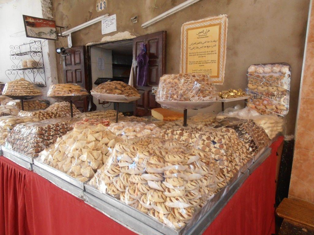 Puesto de comida y dulces en la medina de Tetuan - Los viajes de Margalliver